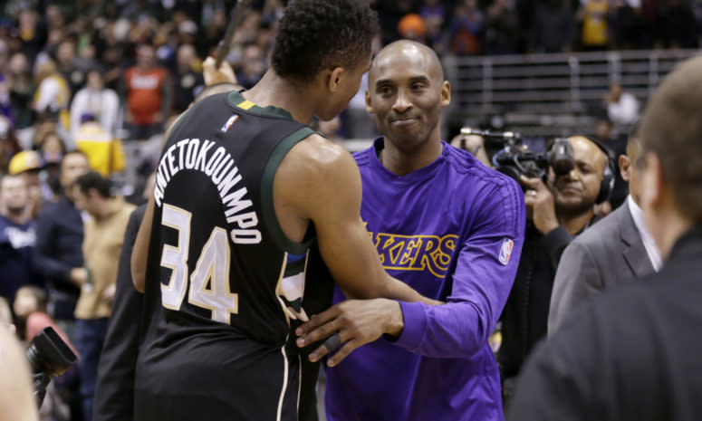 Kobe Bryant and Giannis Antetokounmpo shakes hands after a game.