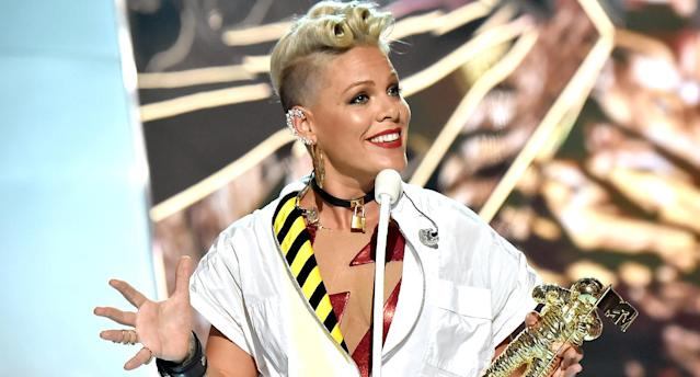 Pink accepts the Michael Jackson Video Vanguard Award at the 2017 MTV Video Music Awards. (Photo: Jeff Kravitz/FilmMagic)