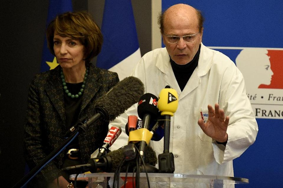 French Health Minister Marisol Touraine (L) and professor Pierre-Gilles Edan (R), head of the neurology department at the hospital in Rennes, give a press conference on January 15, 2016 (AFP Photo/Damien Meyer)