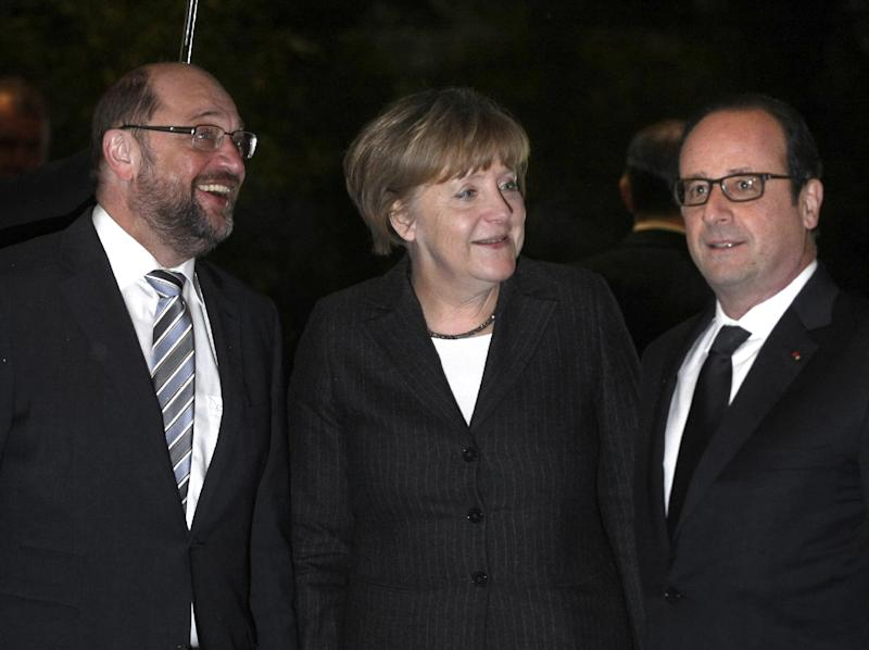 French President Francois Hollande (R), German Chancellor Angela Merkel (C) and president of the European parliament Martin Schulz pose before a dinner in Strasbourg, France, on January 30, 2015 (AFP Photo/Christian Lutz)