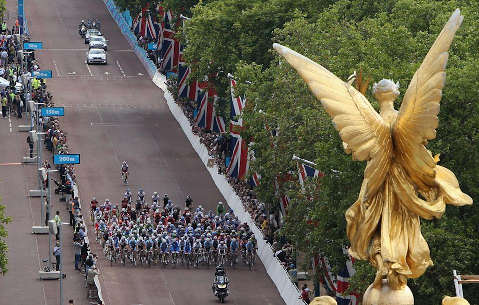 Competitors in the London-Surrey Cycle Classic road race, a test event for the London 2012 Olympic Games, start on The Mall near the Queen Victoria Memorial and its gilded pinnacle statue Victory, in London August 14, 2011. REUTERS/Dan Kitwood/POOL