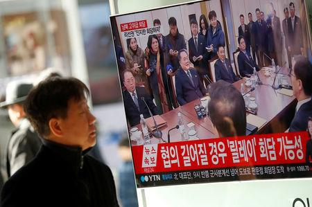A man watches a TV broadcasting a news report on a high-level talks between the two Koreas at the truce village of Panmunjom, in Seoul, South Korea, January 9, 2018.   REUTERS/Kim Hong-Ji