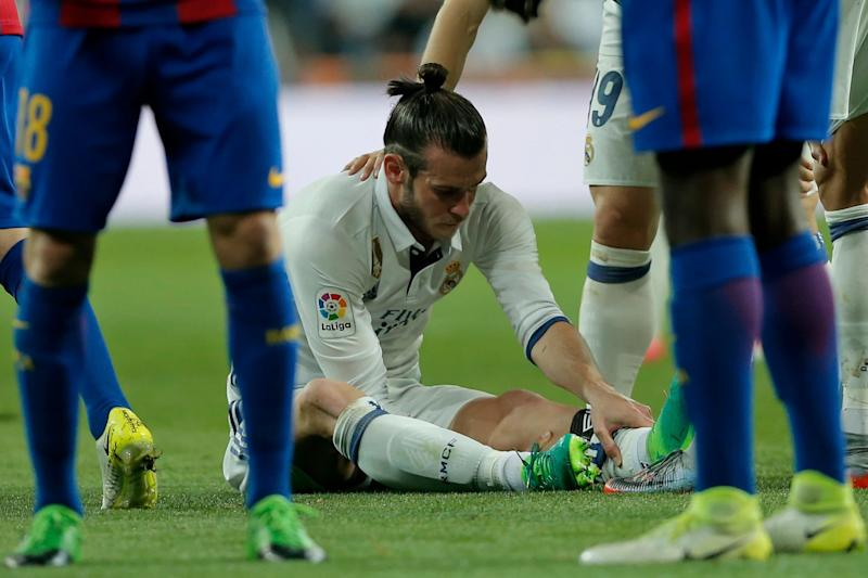 Real Madrid's Gareth Bale holds his leg after getting injured during a Spanish La Liga soccer match between Real Madrid and Barcelona, dubbed 'el clasico', at the Santiago Bernabeu stadium in Madrid, Spain, Sunday, April 23, 2017. (AP Photo/Daniel Ochoa de Olza) - Copyright 2017 The Associated Press. All rights reserved.