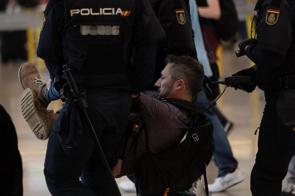 La policía detiene a uno de los manifestantes (Photo by David Zorrakino/Europa Press via Getty Images)