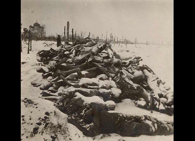 """In the 1920s, when a famine hit areas of Russia, multiple acts of cannibalism were recorded. """"Parents kill children,"""" wrote one reporter in The New York Times in May 1922. (Photo: victims of the famine in Russia collected at a cemetery)."""