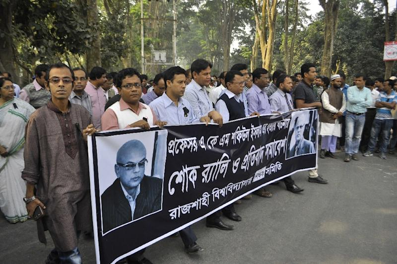 Rajshahi University teachers march during a rally to protest against the death of the university professor Shafiul Islam, in November 2014 (AFP Photo/-)