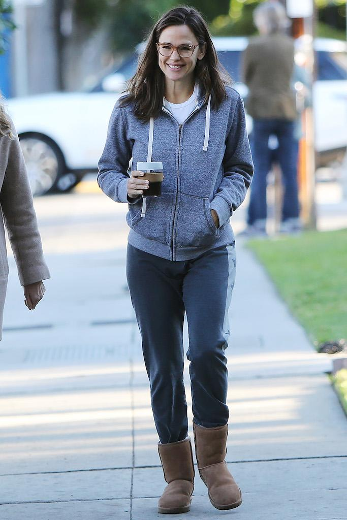 Jennifer Garner strolling in Los Angeles. Pictured: Jennifer Garner Ref: SPL5142848 240120 NON-EXCLUSIVE Picture by: ENT / SplashNews.com Splash News and Pictures Los Angeles: 310-821-2666 New York: 212-619-2666 London: +44 (0)20 7644 7656 Berlin: +49 175 3764 166 photodesk@splashnews.com World Rights, No France Rights, No Italy Rights, No Japan Rights
