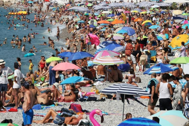 Visitors throng the Promenade des Anglais in Nice... but, Les Anglais didn't make it this year (AFP/Valery HACHE)