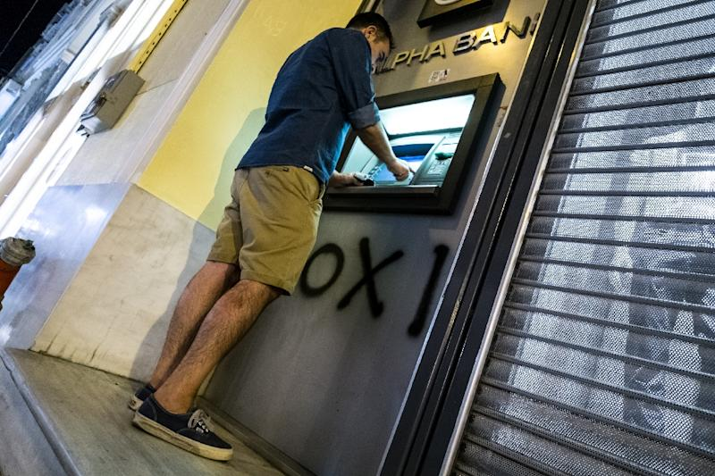 A man withdraws money from an ATM in downtown Athens on July 5, 2015 (AFP Photo/Andreas Solaro)