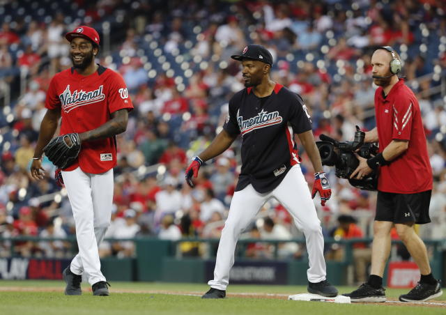 JGM44. Washington (United States), 15/07/2018.- US actor Jamie Foxx (C) shares a laugh with NBA Washington Wizards player John Wall (L) during the All-Star Legends and Celebrity Softball Game at Nationals Park in Washington, DC, USA, 15 July 2018. (Estados Unidos) EFE/EPA/JOHN G. MABANGLO