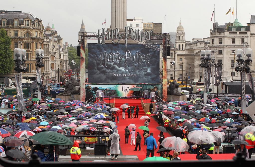 "Fans attend the London world premiere of <a href=""http://movies.yahoo.com/movie/1810004624/info"">Harry Potter and the Deathly Hallows - Part 2</a> on July 7, 2011.  <a href=""http://movies.yahoo.com/""> See more on Yahoo! Movies </a>  <a href=""http://movies.yahoo.com/showtimes-tickets/""> Find Showtimes & Tickets </a>"