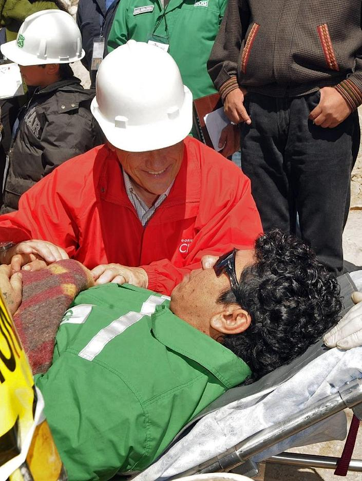 A picture released by Chile's presidential press office shows miner Victor Zamora speaking with President Sebastian Pinera as he is taken to the field hospital near Copiapo on October 13, 2010 (AFP Photo/José Manuel de la Maza)