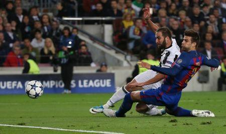 Football Soccer - FC Barcelona v Juventus - UEFA Champions League Quarter Final Second Leg - The Nou Camp, Barcelona, Spain - 19/4/17 Juventus' Gonzalo Higuain shoots at goal Reuters / Sergio Perez Livepic