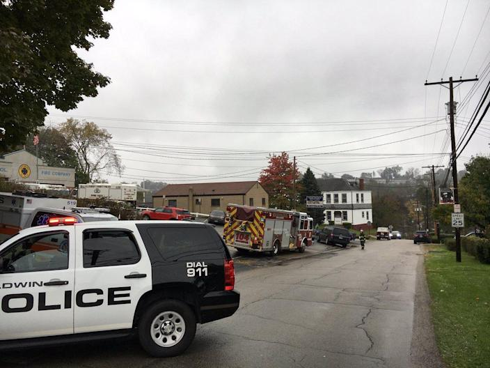 Police search an apartment complex on Saturday where the alleged gunman in the Tree of Life synagogue massacre lived. (Photo: Courtney Brennan/WPXI via Twitter)