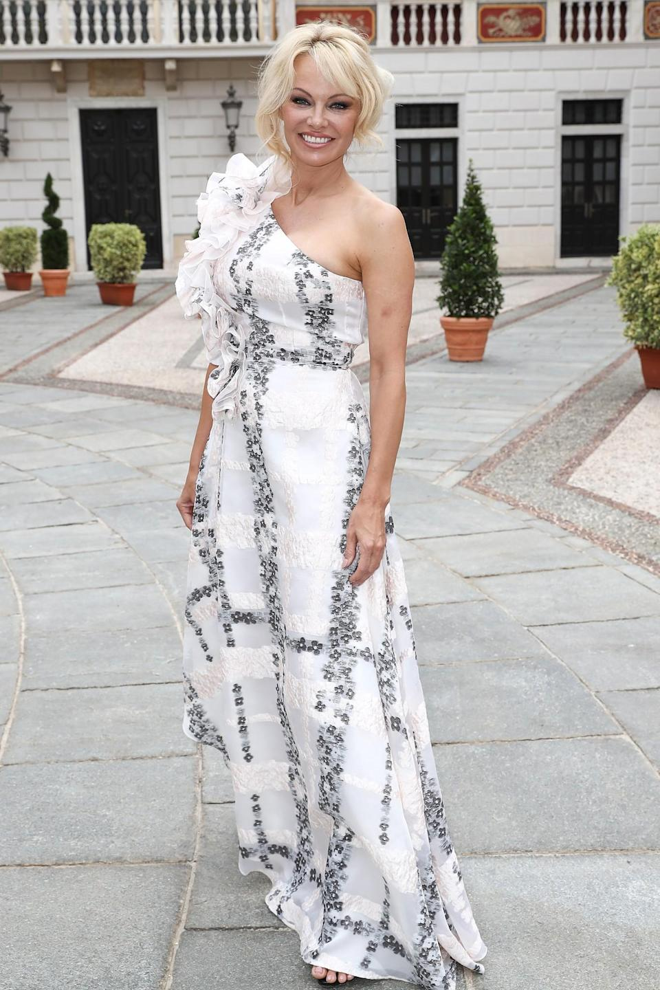 <p>The former 'Baywatch' star looked every inch the Hollywood glamour girl in a one-shoulder dress. <br><em>[Photo: Getty]</em> </p>