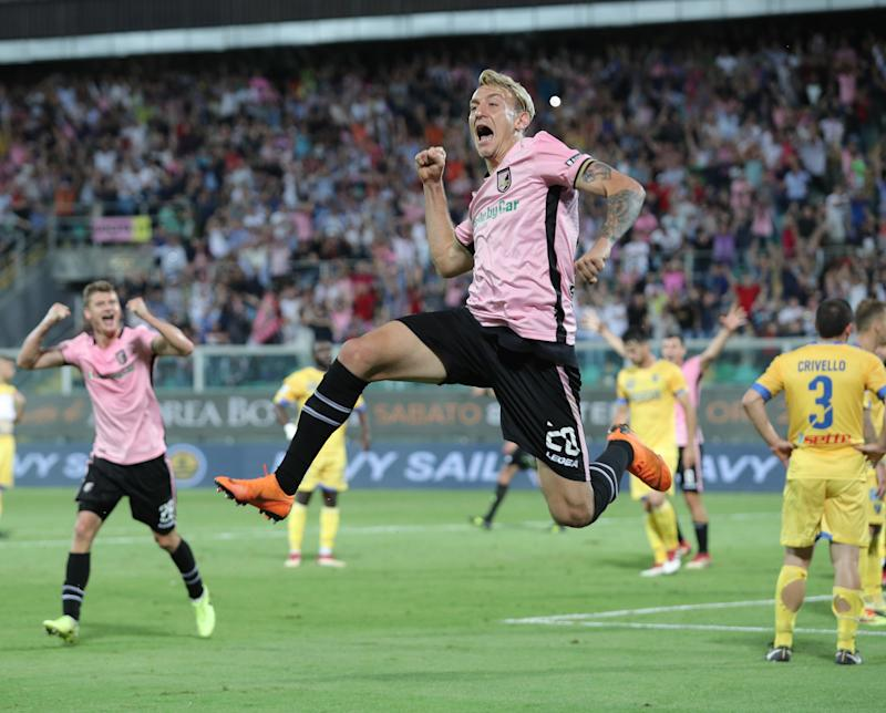21e75f13f View photos. Everyone loves the Palermo shirts but not the Manchester United  ...