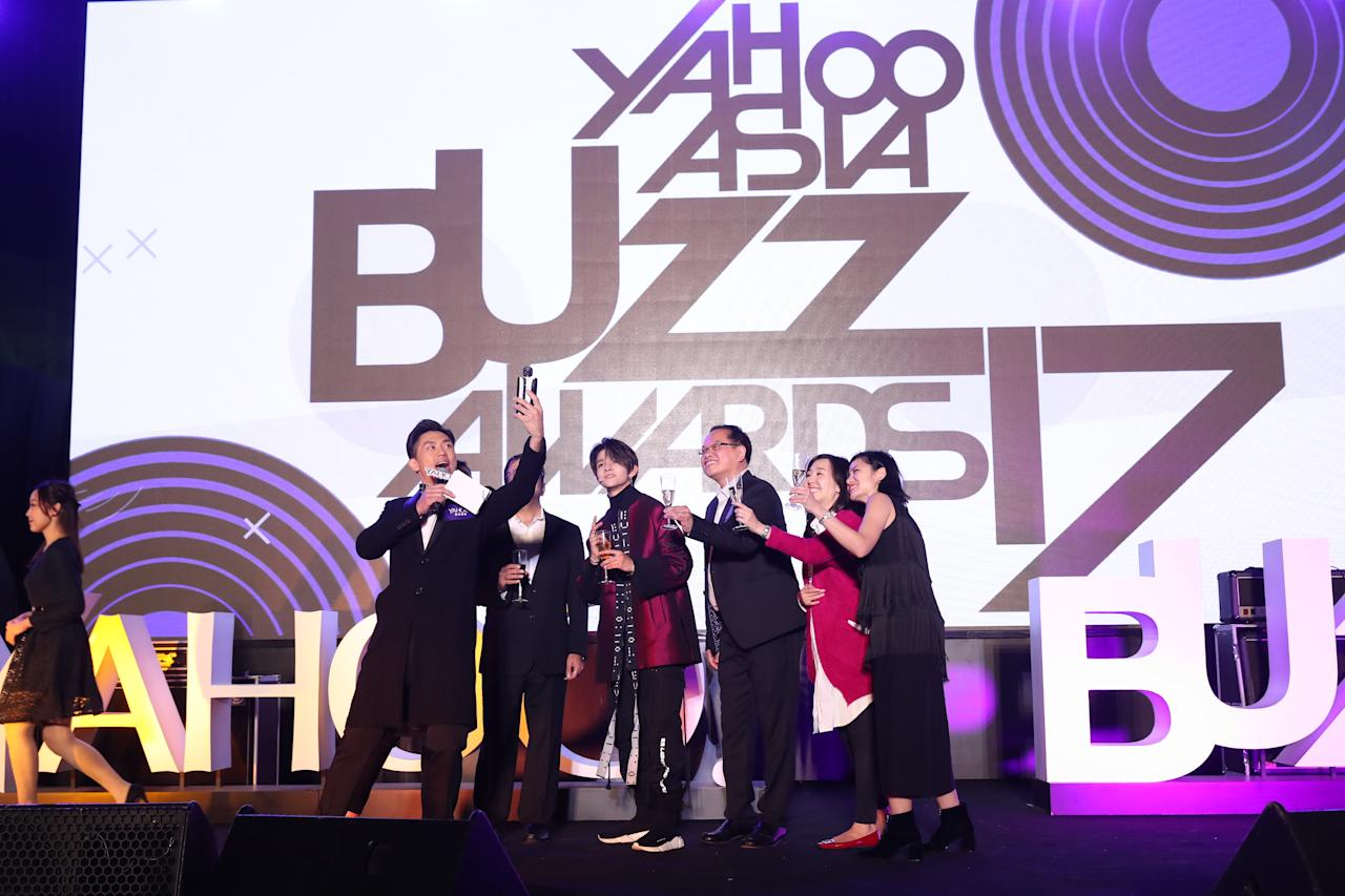 <p>Young K-pop sensation Samuel Kim shared a toast with senior Oath executives at the Yahoo Asia Buzz Awards 2017 in Hong Kong on Wednesday (6 December).</p>