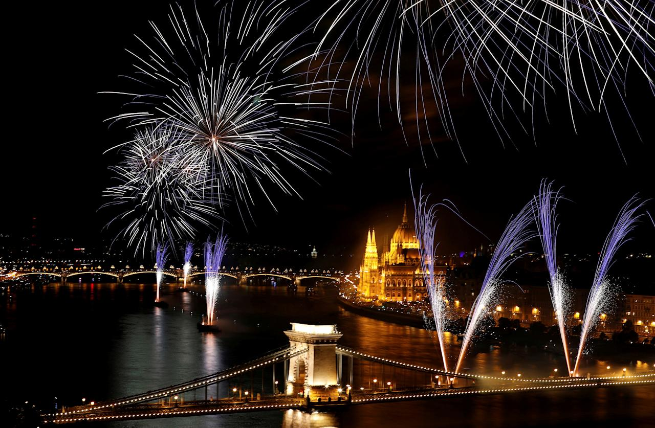 Fireworks explode over Danube river during celebrations of Saint Stephen's Day in Budapest, Hungary, August 20, 2017. Picture taken with long exposure time. REUTERS/Laszlo Balogh     TPX IMAGES OF THE DAY