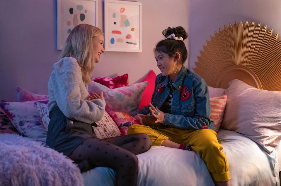 THE BABY-SITTERS CLUB (L to R) SHAY RUDOLPH as STACEY MCGILL and MOMONA TAMADA as CLAUDIA KISHI in episode 202 of THE BABY-SITTERS CLUB Cr. KAILEY SCHWERMAN/NETFLIX © 2021