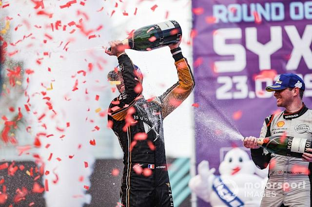 """Jean-Eric Vergne, DS TECHEETAH, 1st position, celebrates on the podium with Oliver Rowland, Nissan e.Dams, 2nd position <span class=""""copyright"""">Alastair Staley / Motorsport Images</span>"""