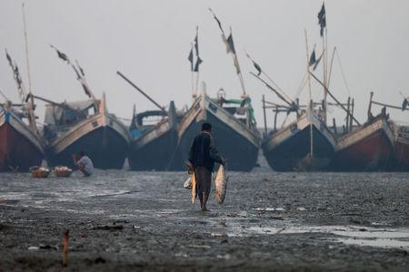 A Rohingya fisherman walks on the beach in Sittwe in the state of Rakhine, Myanmar March 2, 2017.  REUTERS/Soe Zeya Tun