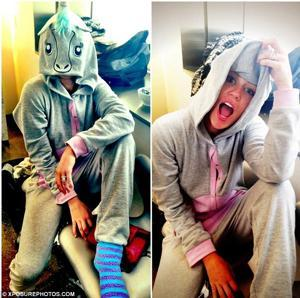 Miley Cyrus en su enterizo de unicornio via Daily Mail