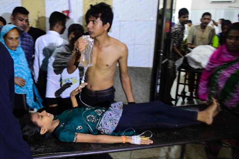An injured Shiite Muslim arrives at Dhaka medical college hospital after a small bomb exploded outside the Bangladesh capital's main Shia religious site on October 24, 2015 (AFP Photo/Munir Uz Zaman)