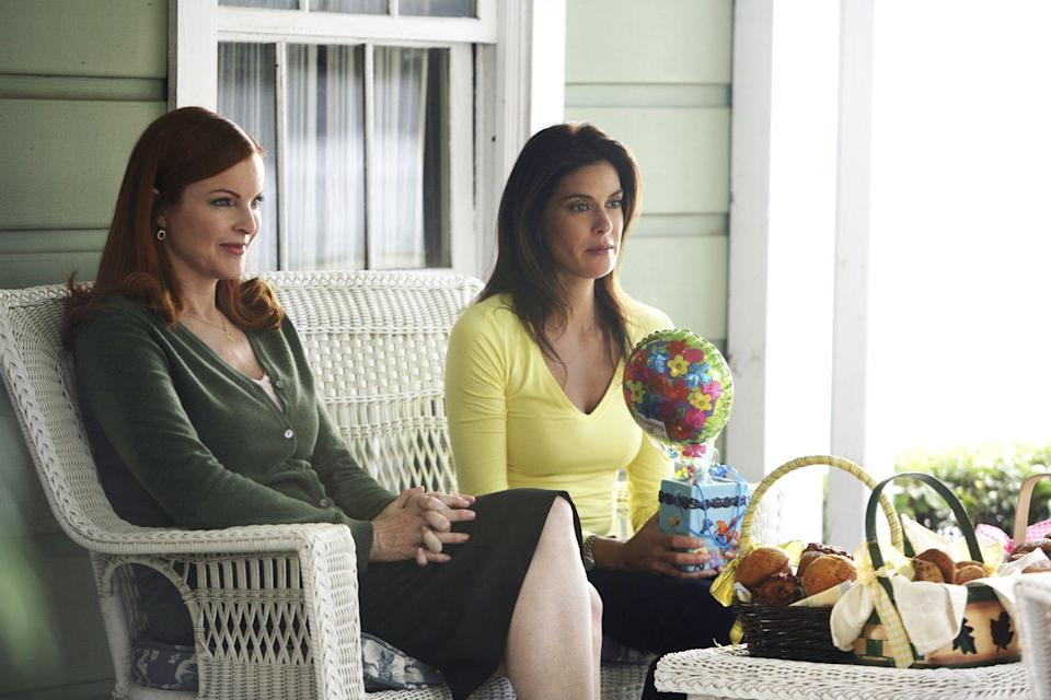 "<p>While <em>Desperate Housewives</em> portrays a group of friends, it is also full of deception and drama–drama which carried over to the actors' offscreen relationships. <a href=""http://www.dailymail.co.uk/tvshowbiz/article-2141549/Desperate-Housewives-feud-finally-open-Teri-Hatchers-left-off-crews-farewell-gift-cast.html"" rel=""nofollow noopener"" target=""_blank"" data-ylk=""slk:According to reports"" class=""link rapid-noclick-resp"">According to reports</a>, Hatcher was always ""the loner"" of the group, and felt particularly removed from Cross. The two apparently got in a scuffle during a <em>Vanity Fair</em> shoot because Hatcher was placed front and center. Reportedly, Hatcher's name was left off of the ""goodbye gift"" given at the end of the series.</p>"