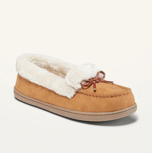 """These Water-Repellent Faux-Fur-Lined Moccasin Slippers for Women is available in sizes 6 to 10 and four colors. <a href=""""https://fave.co/3eNFZJ9"""" target=""""_blank"""" rel=""""noopener noreferrer"""">Get them on sale for 50% off (normally $25) at Old Navy</a>."""