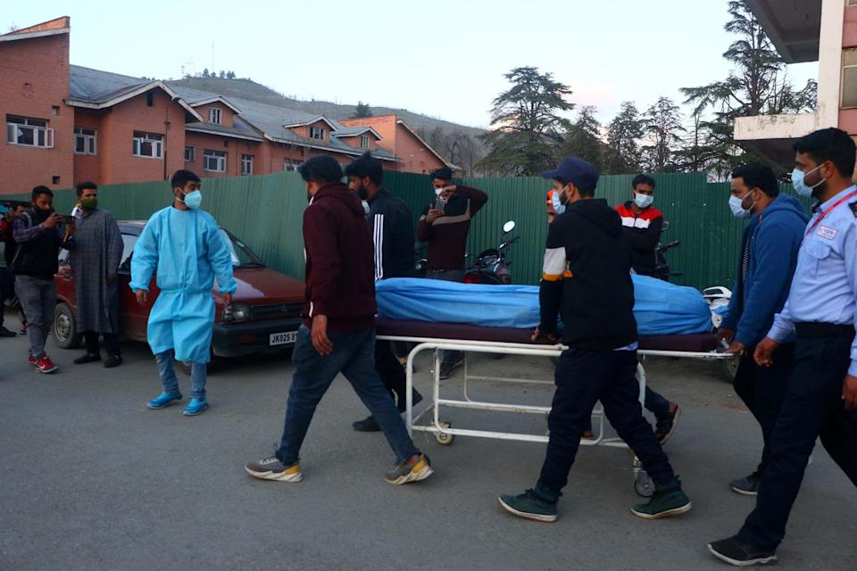People carry the dead body of a slain Army man killed by unknown gunmen at Bijbehara, Anantnag.