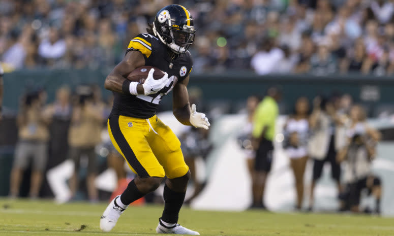 Najee Harris running the ball for the Steelers.