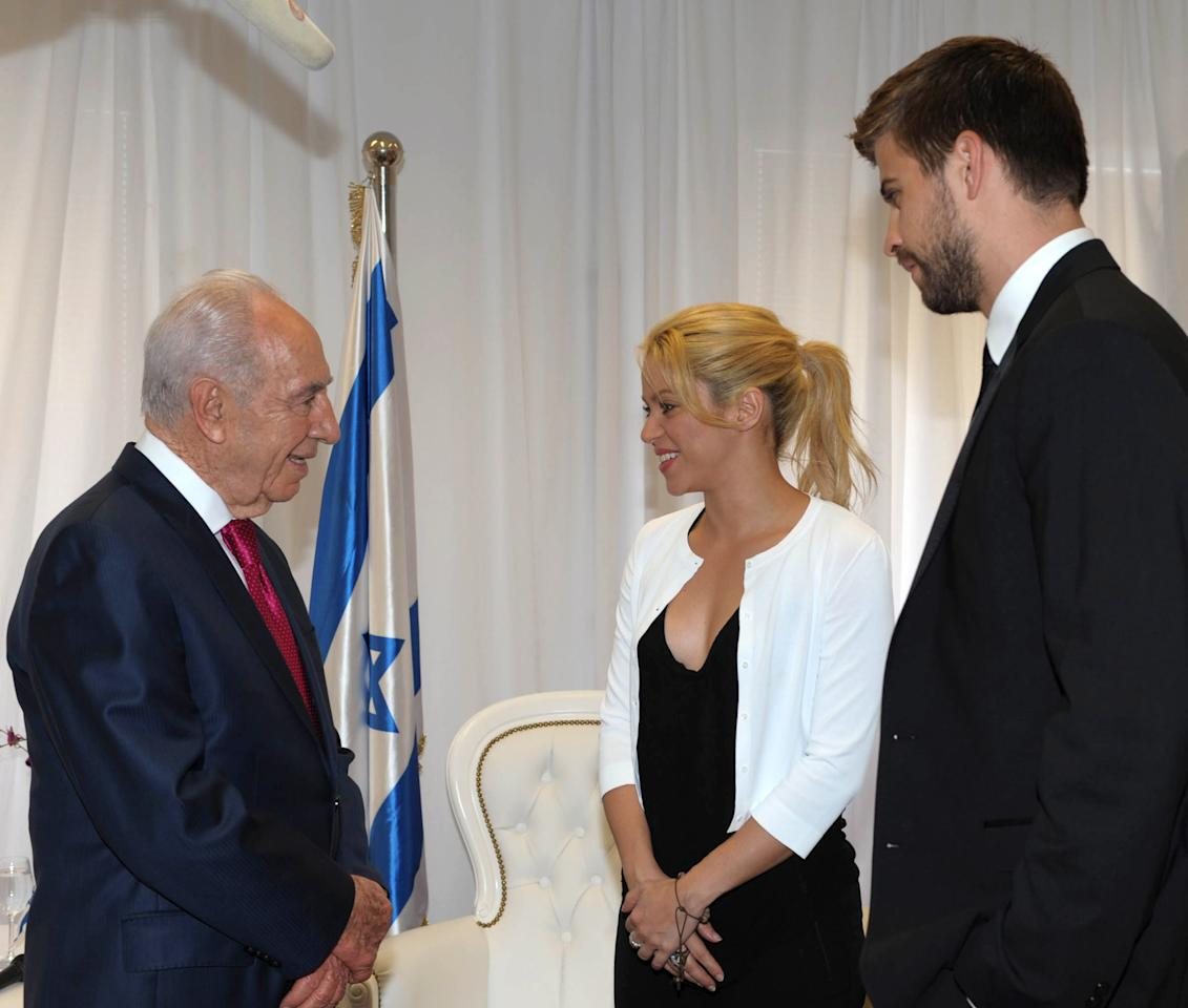 JERUSALEM, ISRAEL - JUNE 21: In this handout image provided by the Israeli Government Press Office (GPO), Israeli President Shimon Peres meets singer and UNICEF Goodwill ambassador Shakira and footballer Gerard Pique on June 21, 2011 in Jerusalem, Israel. Peres will hold a press conference with pop star Shakira to open the third annual Presidential Conference which will be attended by politicians, comedienne Sarah Silverman and Wikipedia founder Jimmy Wales.  (Photo by Moshe Milner/GPO via Getty Images)