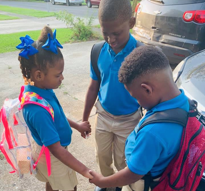Sweet photo of children praying before first day of school goes viral on social media. (Photo: Facebook)