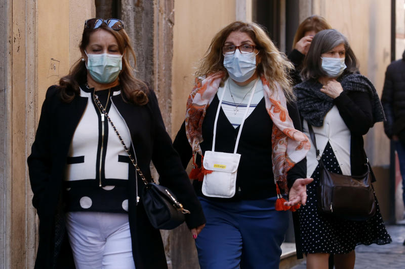 Rome February 27th 2020. Tourists wearing masks around Trevi Fountains. Photo Samantha Zucchi /Insidefoto/Sipa USA)