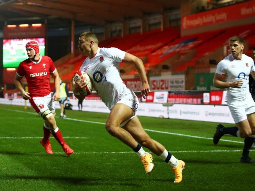 Henry Slade runs in to score the first try for England (Getty)