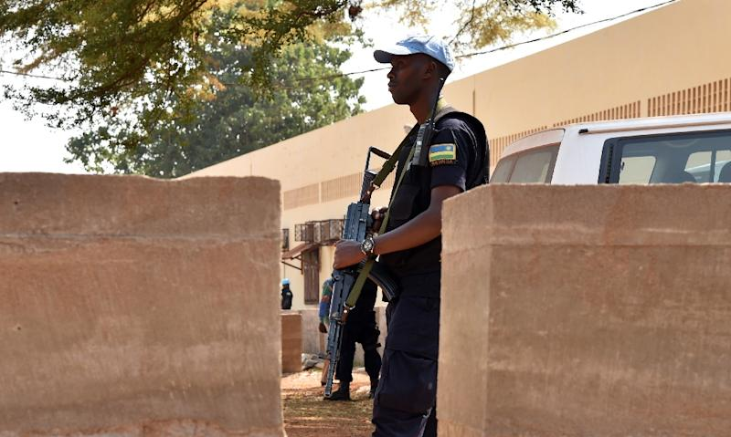 A Rwandan United Nations peacekeeper soldier stands guard outisde a vote-counting centre for the presidential and parliamentary elections on January 2, 2016 in Bangui (AFP Photo/Issouf Sanogo)