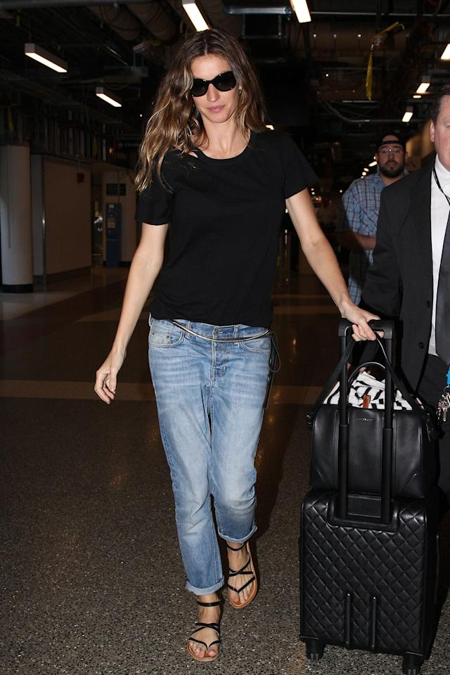<p>Bündchen keeps it casual in the black version of the n:Philanthropy Harlow Distressed BFF Tee, styling it with boyfriend jeans and black sunglasses. (Photo: Patriot Pics/ ACKGRID)<br /><br /></p>