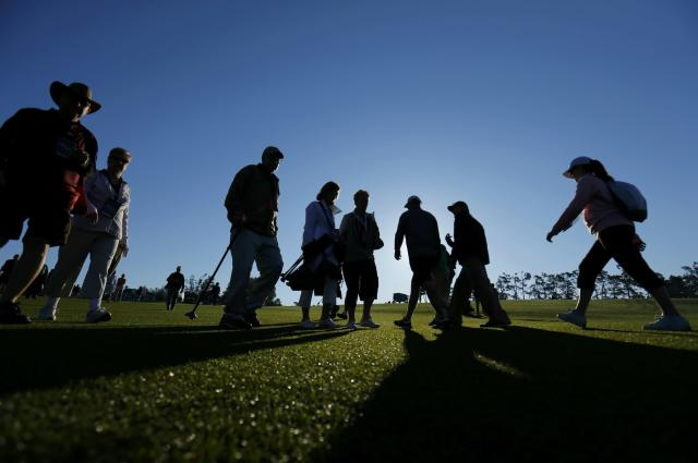 Patrons arrive at Augusta for the first round of the Masters golf tournament at the Augusta National Golf Club in Augusta, Georgia April 10, 2014. REUTERS/Mike Blake (UNITED STATES - Tags: SPORT GOLF)