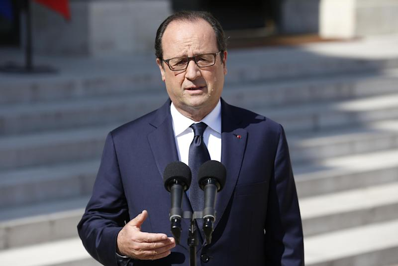 French President Francois Hollande speaks to the press at the Elysee Palace in Paris on July 25, 2014, a day after an Air Algerie plane with 116 passengers on board, including 51 French nationals, crashed in Mali, near the Burkina Faso border (AFP Photo/Kenzo Tribouillard)