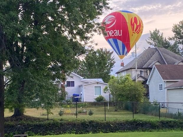 This hot air balloon was forced to make an unexpected landing in a residential neighbourhood in Gatineau, Que., at around 7:30 p.m. on Sept. 4, 2021. Two passengers were taken to hospital with back pain. (Stéphane Labrèche - image credit)