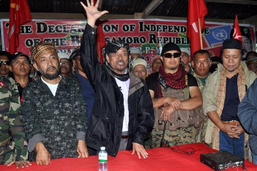 Moro National Liberation Front leader Nur Misuari (C) addresses his armed followers at one of their camps in Indanan, on the southern Philippines island of Mindanao on August 12, 2013