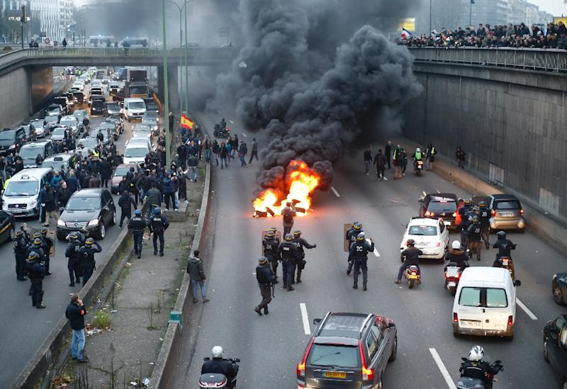 Taxi drivers block a road during their strike on January 26, 2016 in Paris (AFP Photo/Thomas Samson)