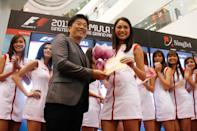 Tabitha Loke, 19, winning the special prize, and walking away with a 32-inch TV. (Yahoo! photo)