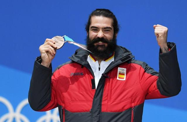 Regino Hernandez celebrates with his bronze medal. (EFE photo)