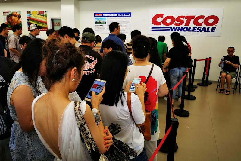People queue to sign up membership at a U.S. hypermarket chain Costco Wholesale Corp store in Shanghai, China August 24, 2019. Picture taken August 24, 2019. REUTERS/Stringer ATTENTION EDITORS - THIS IMAGE WAS PROVIDED BY A THIRD PARTY. CHINA OUT.