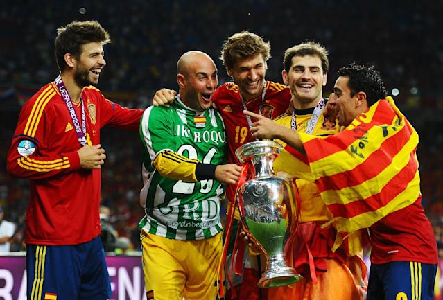 KIEV, UKRAINE - JULY 01: (L-R) Gerard Pique, Pepe Reina, Fernando Llorente, Iker Casillas and Xavi Hernandez of Spain celebrate with the trophy following victory in the UEFA EURO 2012 final match between Spain and Italy at the Olympic Stadium on July 1, 2012 in Kiev, Ukraine. (Photo by Laurence Griffiths/Getty Images)