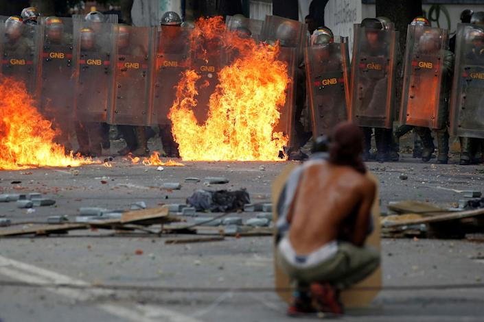 <p>Demonstrators clash with riot security forces at a rally during a strike called to protest against Venezuelan President Nicolas Maduro's government in Caracas, Venezuela, July 26, 2017. (Photo: Carlos Garcia Rawlins/Reuters) </p>