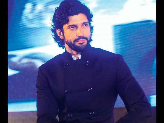 <b>15. Farhan Akhtar</b><br> FarhanAkhtar's quirky personality is what comes forward in the outfits he flaunts. Teaming his unruly locks with a fedora hat or just a funky T-shirt, his cool and casual vibe is just what we adore.