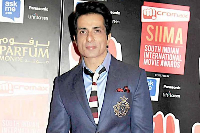 'His Kindness Makes Me Proud': Smriti Irani Praises Actor Sonu Sood for Helping People in Lockdown Crisis