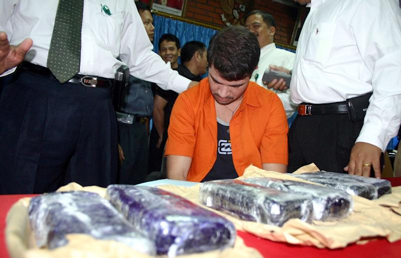 Brazilian Rodrigo Gularte (C) is presented to the media along with seized six kilograms (13.2 pounds) of cocaine at the Customs office of Sukarno-Hatta airport in Tangerang, 05 August 2004 (AFP Photo/)